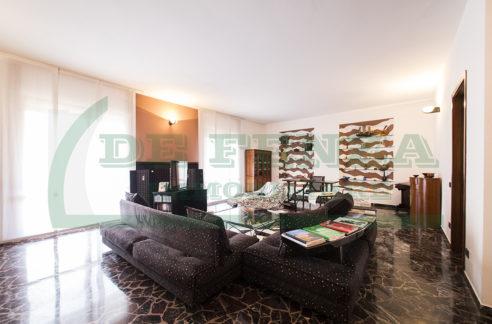 Quarzo trilocale con soggiorno doppio in contesto signorile