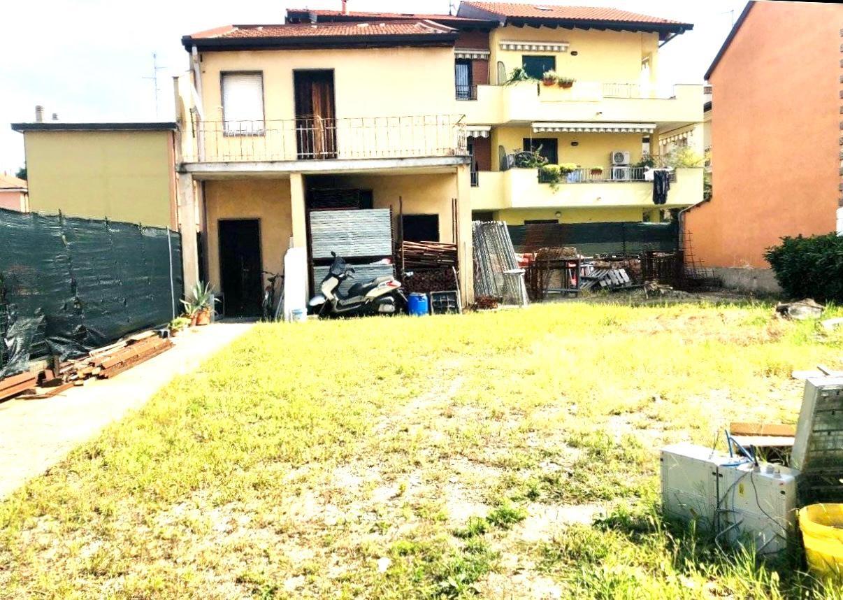 Casa indipendente con laboratorio e cortile di 300mq